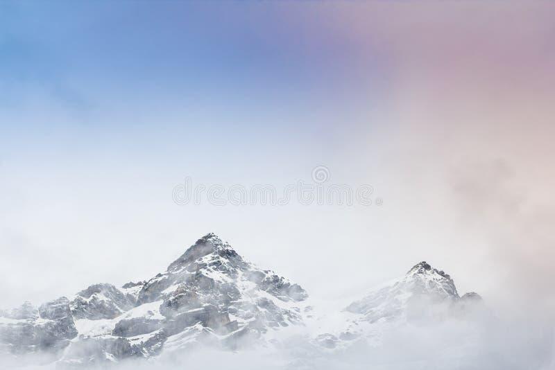 Гора снега с туманом стоковая фотография