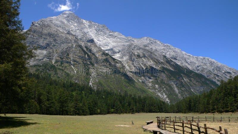 Гора снежка Yulong стоковые изображения