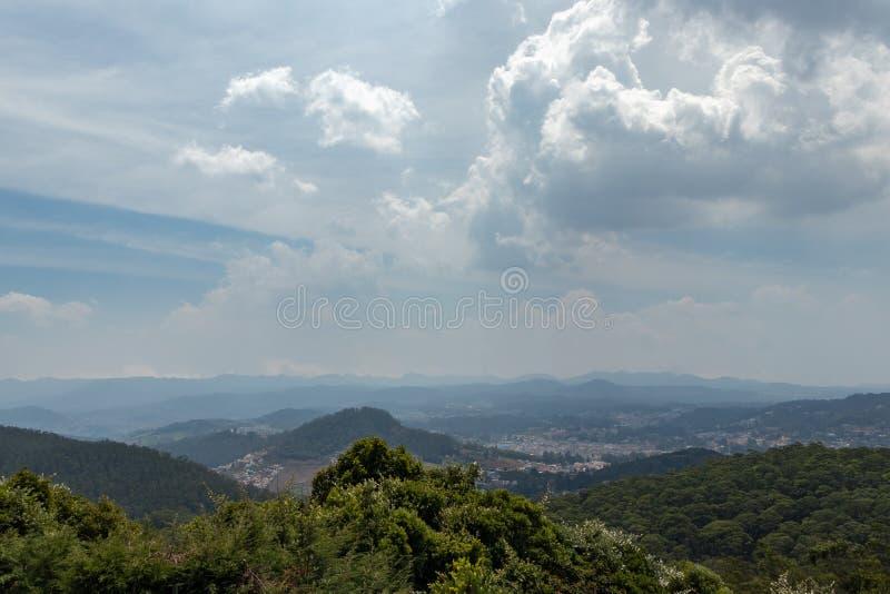 Гора с городским видом на город стоковые фото