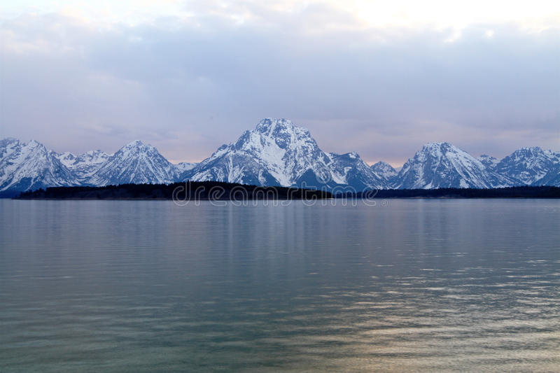 Download Гора с озером стоковое изображение. изображение насчитывающей люди - 37927195