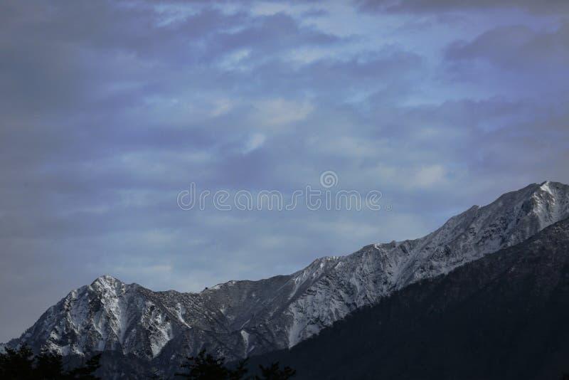 Гора с снегом стоковые фотографии rf