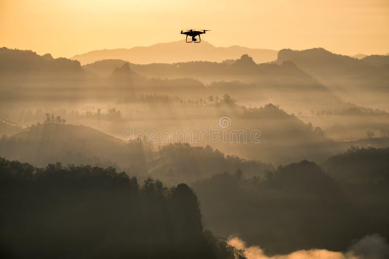 Гора тумана солнечности точки зрения золотая с воздушными судн трутня стоковая фотография
