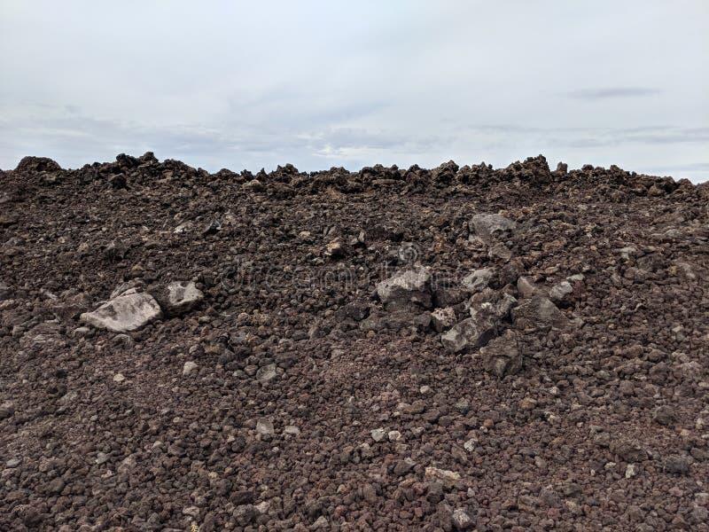 Гора утесов и облачного неба лавы стоковая фотография
