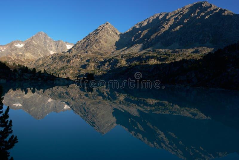 гора утра озера стоковое фото