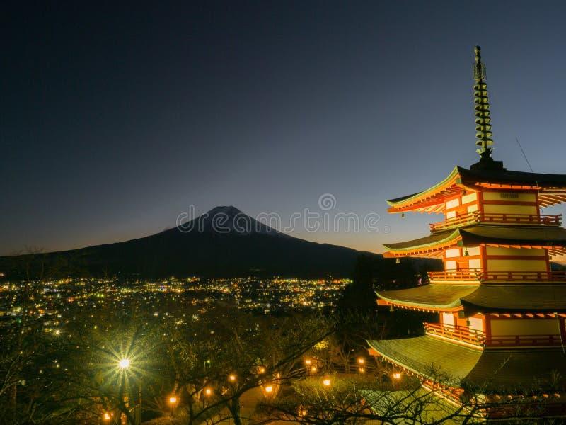 Гора Фудзи с красной пагодой в переднем плане стоковое изображение rf