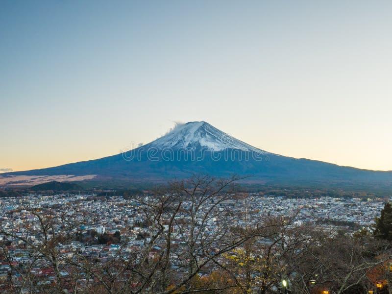 Гора Фудзи с красной пагодой в переднем плане стоковая фотография rf