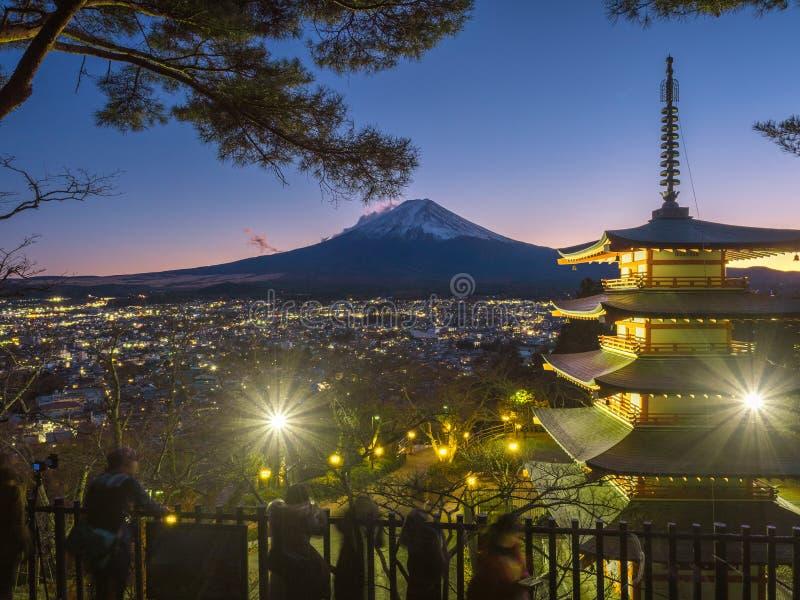Гора Фудзи с красной пагодой в переднем плане стоковые изображения rf