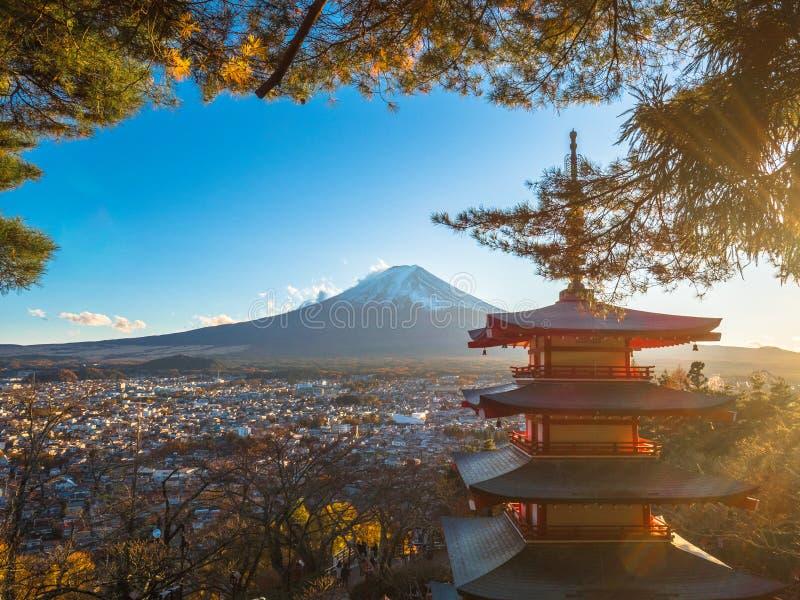 Гора Фудзи с красной пагодой в переднем плане стоковое фото rf
