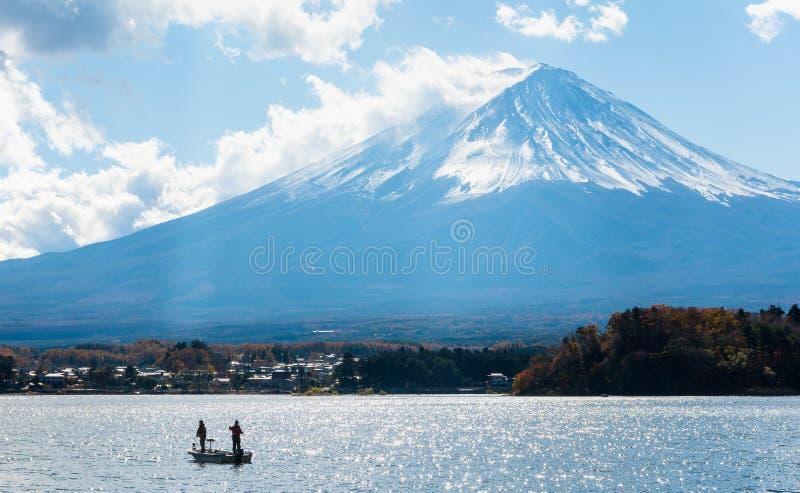 гора Фудзи с рыбацкой лодкой и shimmer reflecio солнечного света стоковая фотография rf