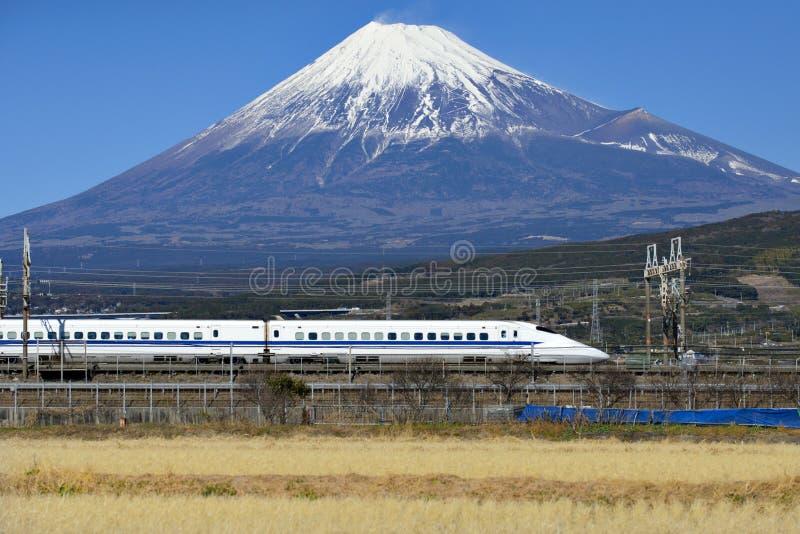 Гора Фудзи и сверхскоростной пассажирский экспресс Shinkansen стоковые изображения rf
