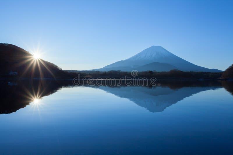 Гора Фудзи и седзи озера стоковая фотография