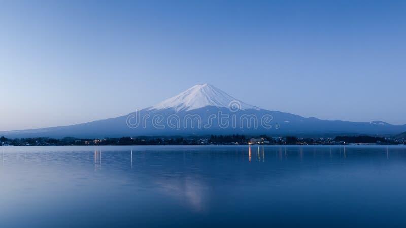 Гора Фудзи на ноче стоковые фотографии rf