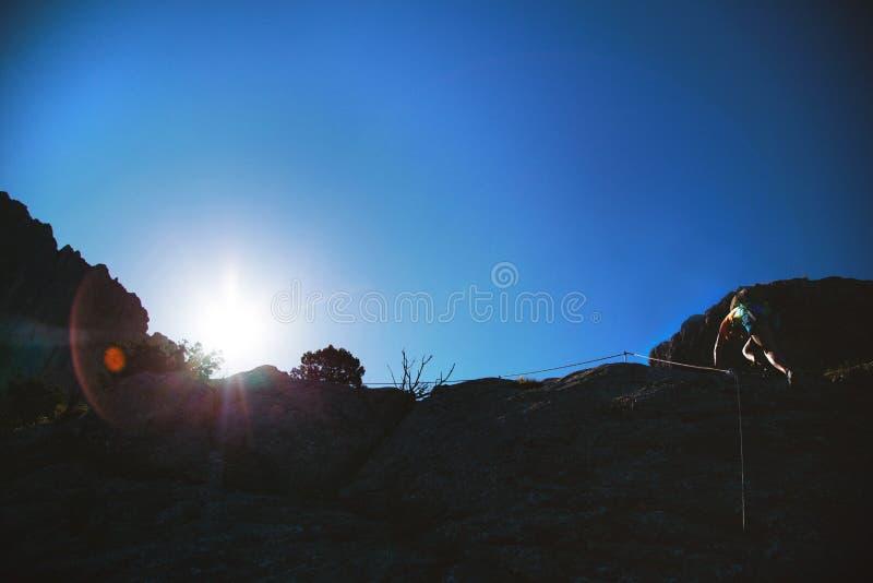 Гора человека взбираясь стоковые фото