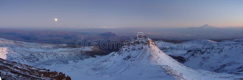 Гора Aragats Армения заволакивает небо стоковые фотографии rf