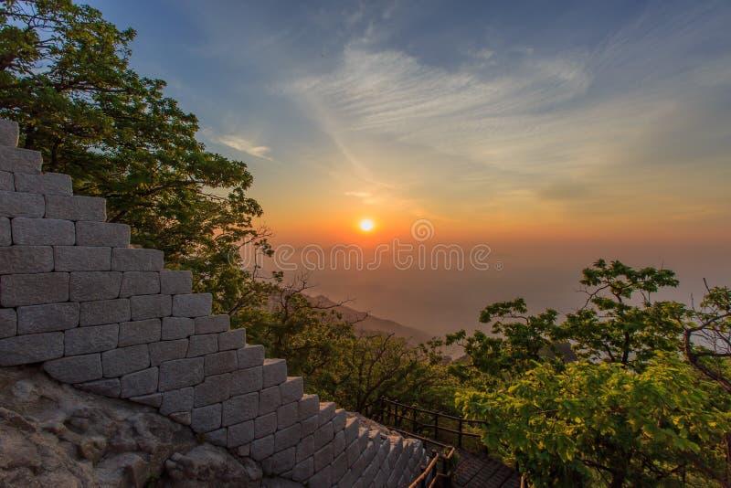Гора Baegundae самая высокая в утре Bukhansan в Сеуле, Южной Корее, парке стоковое фото rf