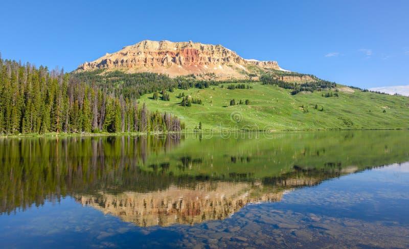 Гора Butte Beartooth и озеро медвед в Йеллоустоне паркуют, США стоковые изображения