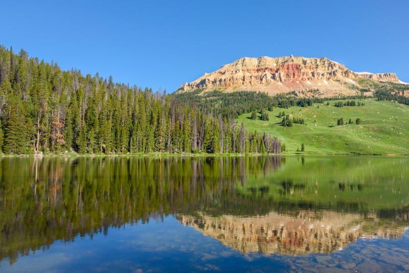 Гора Butte Beartooth и озеро медвед в Йеллоустоне паркуют, США стоковые фото