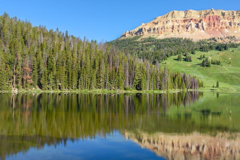 Гора Butte Beartooth и озеро медвед в национальном парке Йеллоустона, США стоковое фото