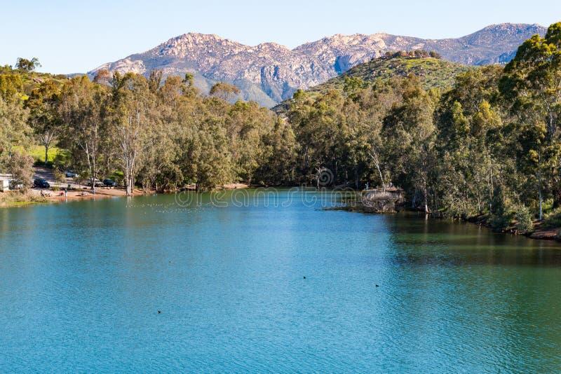 Гора El Cajon и озеро Jennings в береге озера, Калифорнии стоковые фотографии rf