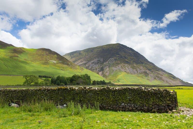 Гора Grasmoor районом Cumbria Англией Великобританией озера вод Crummock стоковые фотографии rf
