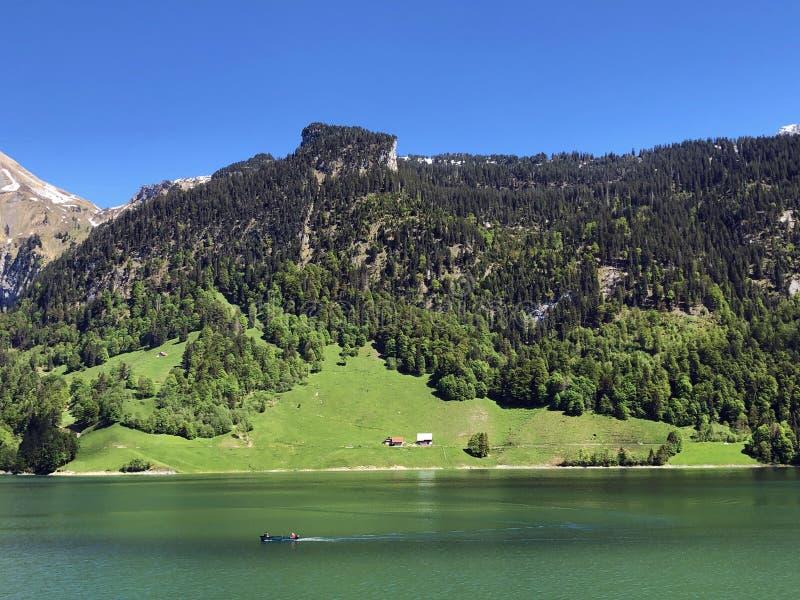 Гора Himmelchopf над долиной Wagital или Waegital и высокогорным озером Wagitalersee Waegitalersee, Innerthal стоковая фотография