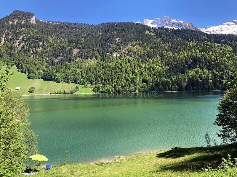 Гора Himmelchopf над долиной Wagital или Waegital и высокогорным озером Wagitalersee Waegitalersee, Innerthal стоковое изображение