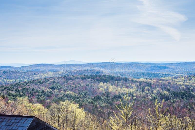 Гора Hogback сценарная обозревает в зеленом парке штата горы внутри стоковые изображения