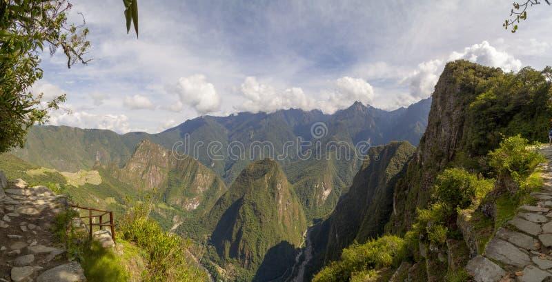 Гора Machu Picchu и Huayna Picchu в Перу, увиденном от двери солнца стоковые изображения rf