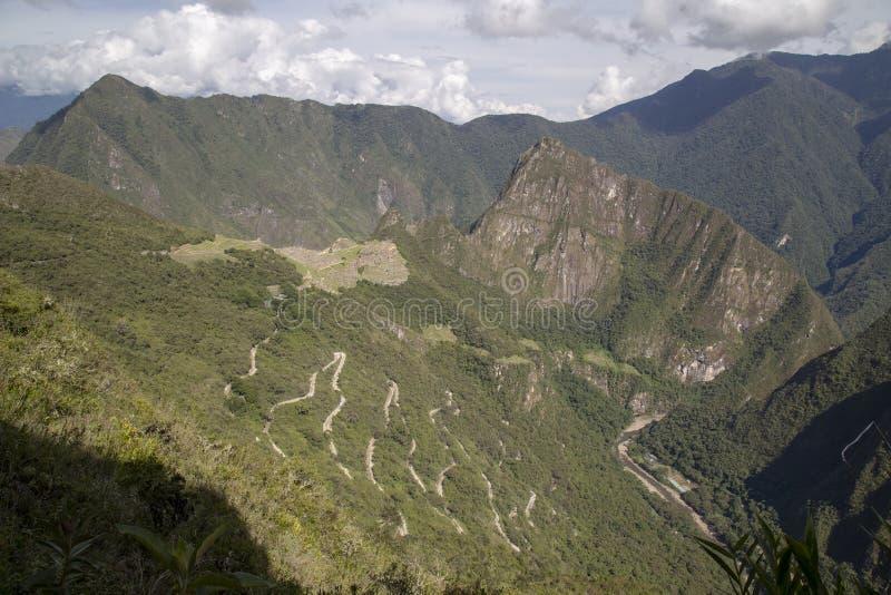 Гора Machu Picchu и Huayna Picchu в Перу, увиденном от двери солнца стоковые фотографии rf