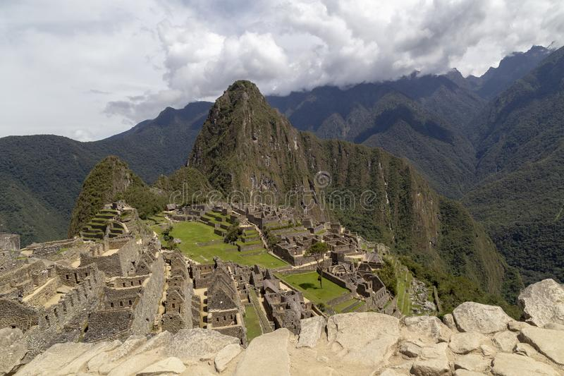 Гора Machu Picchu и Huayna Picchu в Перу, увиденном от двери солнца стоковое изображение