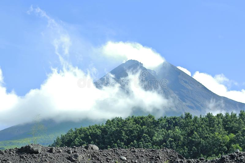 Гора Merapi после массивнейшего извержения 2010 стоковые фотографии rf