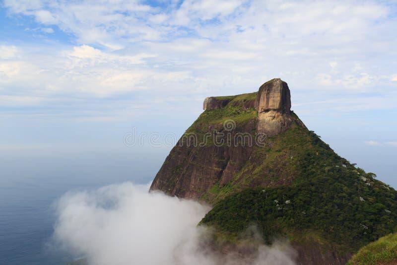 Гора Pedra da Gávea в облаках, Рио-де-Жанейро стоковое изображение