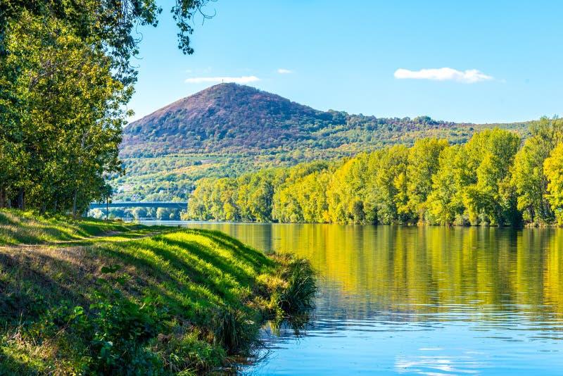 Гора Radobyl в Ceske Stredohori, центральных богемских нагорьях Взгляд от реки Labe в Litomerice, чехии стоковые фотографии rf