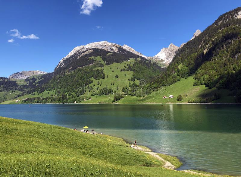 Гора Schiberg над долиной или Waegital Wagital и озеро Waegitalersee Wagitalersee высокогорное, Innerthal стоковые изображения rf