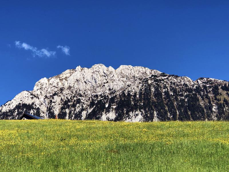 Гора Schiberg над долиной или Waegital Wagital и озеро Waegitalersee Wagitalersee высокогорное, Innerthal стоковое фото rf