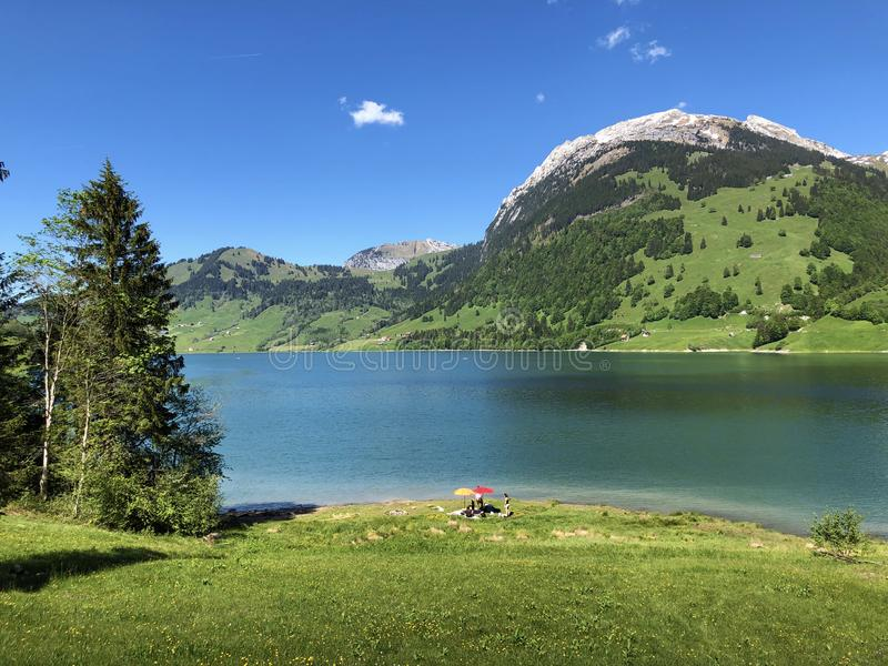 Гора Schiberg над долиной или Waegital Wagital и озеро Waegitalersee Wagitalersee высокогорное, Innerthal стоковые фотографии rf
