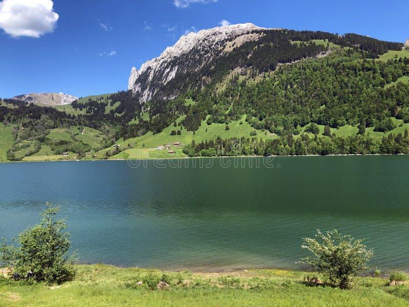 Гора Schiberg над долиной или Waegital Wagital и озеро Waegitalersee Wagitalersee высокогорное, Innerthal стоковые фото