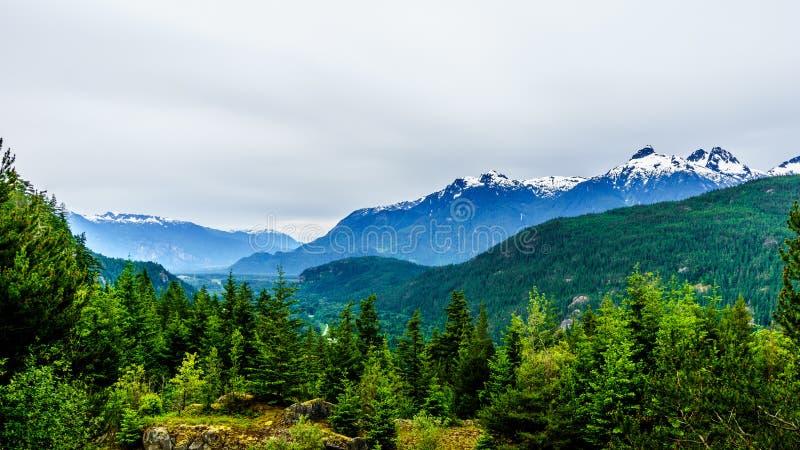 Гора Serratus в горах Coastl Британской Колумбии стоковое фото