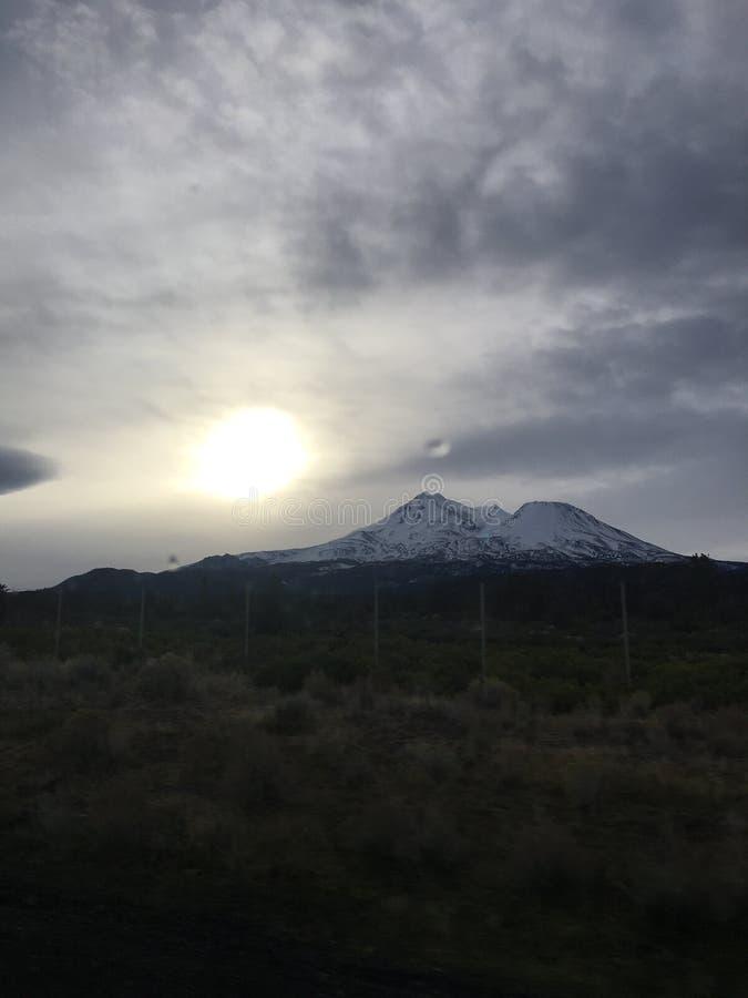 Гора Snowy, греет на солнце справедливо рядом с ей стоковое изображение