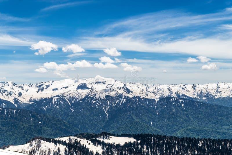 Гора Snowy покрывает с облаками в голубом небе стоковые изображения