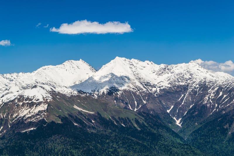 Гора Snowy покрывает с облаками в голубом небе стоковые фотографии rf