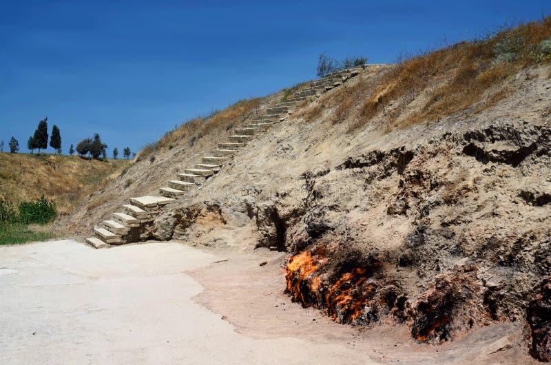 Гора Yanar Dag горя огонь природного газа который пылает непрерывно на горном склоне на полуострове Absheron, Каспийское море стоковое изображение