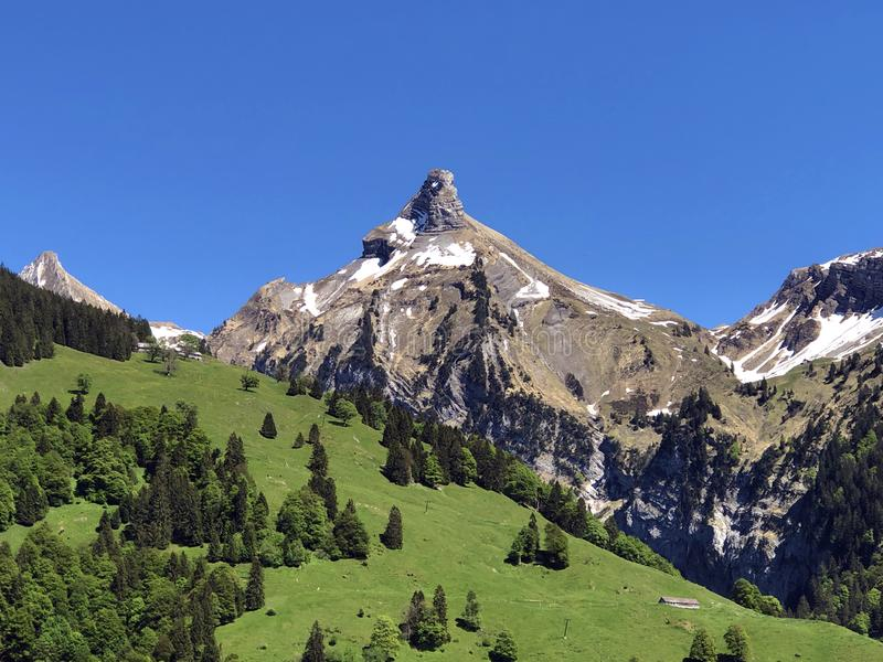 Гора Zindlenspitz над долиной Wagital или Waegital и высокогорным озером Wagitalersee Waegitalersee, Innerthal стоковая фотография