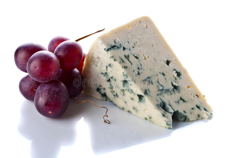 Горгонзола и виноградина изолированные на белизне стоковое изображение
