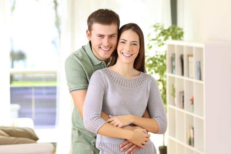 Гордые домовладельцы представляя смотрящ вас дома стоковая фотография