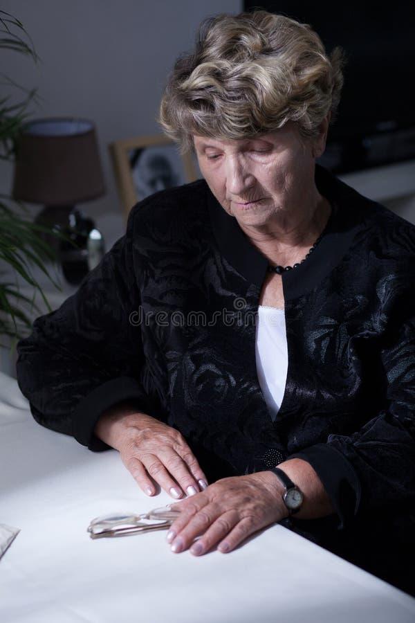 Горемычная женщина после тягостной потери стоковые фотографии rf