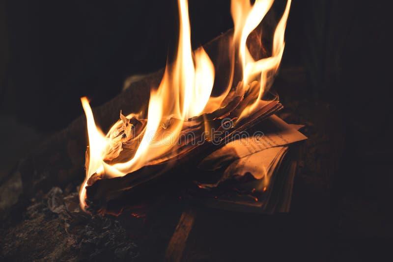 Горение книги в пламенах, старые памяти исчезло навсегда стоковая фотография rf