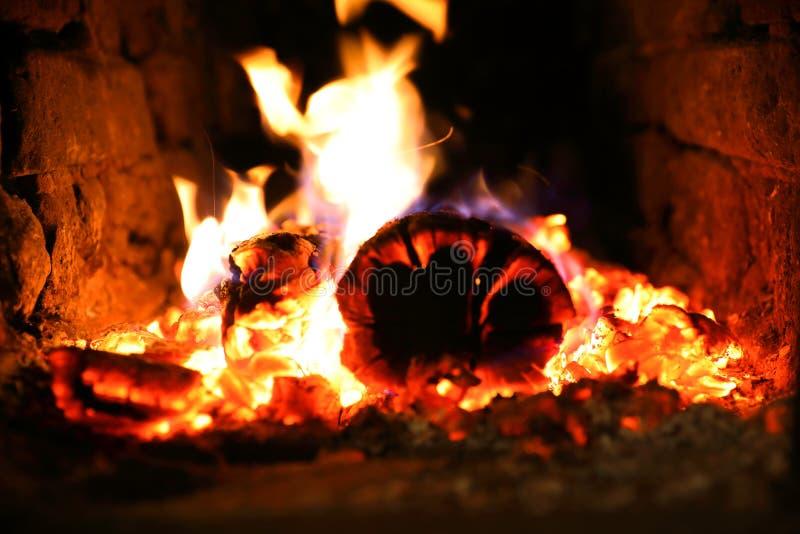 Горение огня в плите стоковое изображение