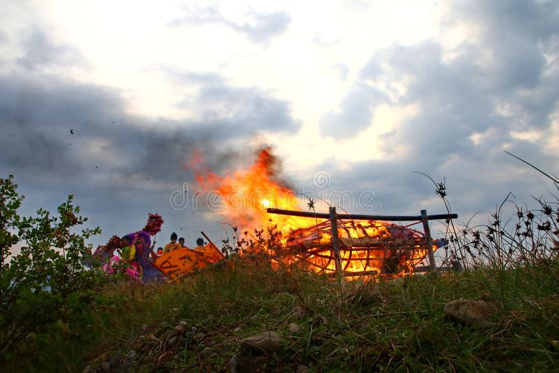 Горение шлюпки Barongsai и дракона стоковое фото