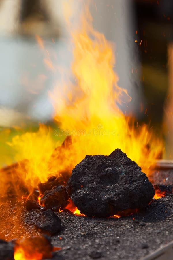 Гореть угля в кузнице стоковые фотографии rf
